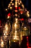 Bougies sur le fond noir dans un monastère Photos stock