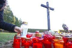 Bougies sur le plancher sous la croix Images libres de droits