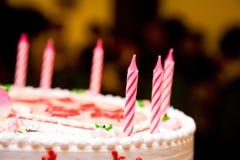 Bougies sur un gâteau d'anniversaire photographie stock libre de droits