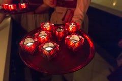 Bougies sur un plateau dans le cafétéria images libres de droits