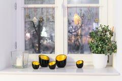 Bougies sur un rebord de fenêtre avec la foudre de Noël Photos stock
