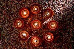 Bougies votives brûlant en cercle spirituel Photographie stock