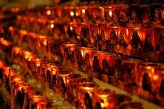 Bougies votives d'église photographie stock libre de droits