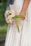 Bouguet da terra arrendada da noiva das flores Fotografia de Stock Royalty Free