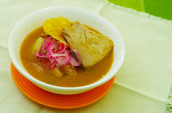 Bouillabaisse delicioso do encebollado do close up nacional do prato do alimento tradicional de Equador fotos de stock