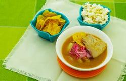 Bouillabaisse delicioso do encebollado do close up nacional do prato do alimento tradicional de Equador, com pocorn e alguns chif imagem de stock