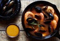 Bouillabaisse fischen Suppe mit Garnelen, Miesmuscheln Tomate, Hummer Soße Rouille Rustikaler Arthintergrund Flache Lage Lizenzfreie Stockfotos