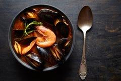 Bouillabaissensoep Vissenhutspot met mosselen, garnalen, tomaat en zeekreeft Traditionele schotel in Frankrijk Donkere rustieke s royalty-vrije stock foto