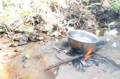 Bouillez l'eau sur le fourneau, odeur chaude de café sauvage de bois de chauffage du smo image libre de droits