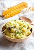 Bouillie de maïs de farine d'avoine avec de la viande et l'oignon Images stock