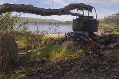 Bouilloire au-dessus de feu de camp Photo stock