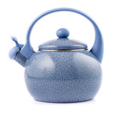 Bouilloire bleue d'émail d'isolement sur le blanc Images stock