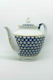 Bouilloire bleue et blanche de porcelaine russe de vintage, théière d'isolement sur le fond blanc Image libre de droits