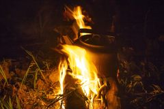 Bouilloire campante sur le feu à une bouilloire extérieure de terrain de camping pour le café tandis que campin image stock