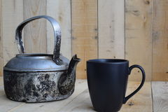 Bouilloire classique avec la tasse de café noir sur le conseil en bois Photographie stock libre de droits