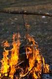 Bouilloire dans l'incendie photos stock