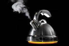 Bouilloire de thé avec l'eau bouillante Photo stock