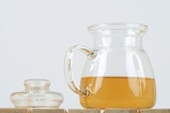 Bouilloire de thé sur le fond blanc Photographie stock libre de droits