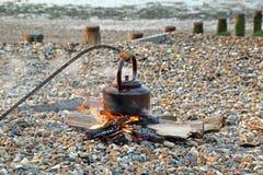 Bouilloire du feu de camp de plage images libres de droits