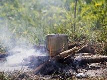 Bouilloire en métal passionnée sur un feu image libre de droits