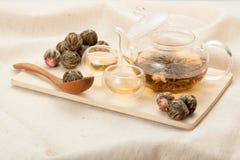 Bouilloire en verre et deux cuvettes pour le thé chinois Image stock