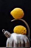 Bouilloire et citrons Image stock