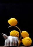 Bouilloire et citrons Photos libres de droits