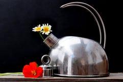 Bouilloire et fleurs Image libre de droits