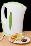 Bouilloire et une cuvette de thé images stock