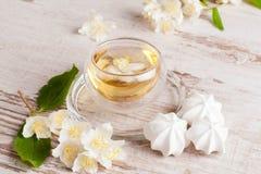 Bouilloire et une tasse de thé vert avec le jasmin, plan rapproché Photos stock