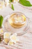Bouilloire et une tasse de thé vert avec le jasmin, plan rapproché Images libres de droits
