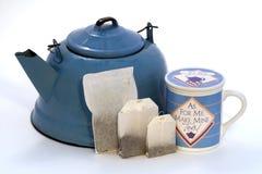 Bouilloire, sachets à thé dans les tailles, tasse de thé avec le couvercle photos libres de droits