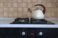 Bouilloire sur la cuisinière à gaz image libre de droits