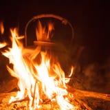 Bouilloire sur le feu Photos stock