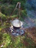 Bouilloire sur le feu de camp 3 photographie stock libre de droits