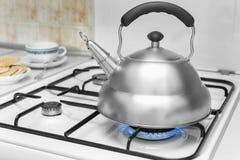 Bouilloire sur une cuisinière à gaz Images libres de droits