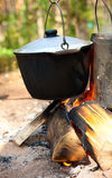 Bouilloires au-dessus de feu de camp Photographie stock