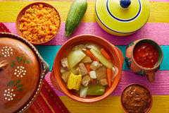 Bouillon de boeuf de Caldo de res Mexican dans la table Photos stock
