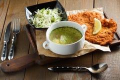 Bouillon de poulet avec l'oeuf, viande frite dans le batte Images stock