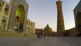 Boukhara, Oezbekistan - 20 september 2015: Monumentale poorten van de Poi Kalon Moskee en Minaret in Boukhara, Oezbekistan stock video