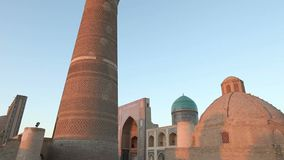 Boukhara, Oezbekistan - 20 september 2015: monumentale poorten van de Poi Kalon Moskee en Minaret in Boukhara, Oezbekistan stock footage