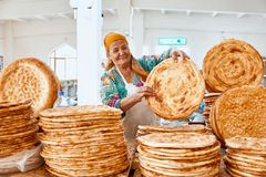 Boukhara, Oezbekistan 01 September 2018: Oezbekistaans Brood Verkoop in Markt royalty-vrije stock fotografie