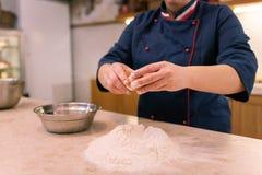 Boulanger assidu faisant la pâte pour des croissants tôt le matin image libre de droits