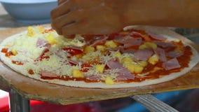 Boulanger de chef faisant la pizza à la cuisine clips vidéos