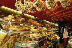 Boulangerie allemande avec des pains et la pâtisserie Photographie stock libre de droits