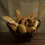 Boulangerie dans un panier Photos libres de droits