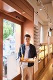 Boulangerie de achat d'homme asiatique bel pour la pause-café pendant l'après-midi Pause-café de boulangerie et image stock