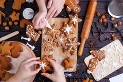 Boulangerie de Noël Amis décorant le pain d'épice fraîchement cuit au four c Photographie stock libre de droits