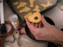 Boulangerie de Noël : Chocolat de versement de femme sur le biscuit de Noël photographie stock