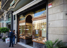 Boulangerie espagnole traditionnelle avec les gâteaux délicieux au centre de la ville de Barcelone Photographie stock